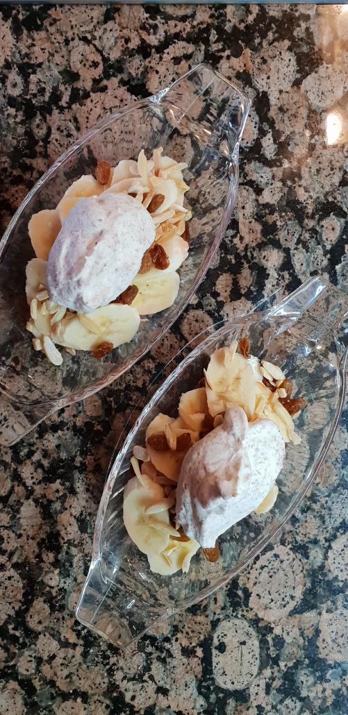 Honigbanane mit Stracciatella Sahne